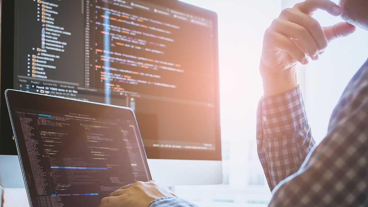 Programmierer am Schreibtisch